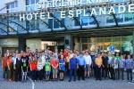 Die Teilnehmer des CLF-Chess-Opens vor dem Veranstaltungsort