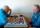 Günter Fiensch (rechts) bei der Partieanalyse mit Schachfreund Heinz Rätsch. Foto: privat