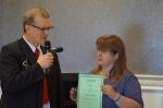 Herbert Bastian überreicht Diana Skibbe die Silberne Ehrennadel des DSB